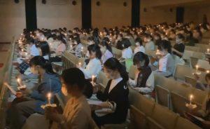 燭火礼拝:手元にろうそくを皆が持ち、礼拝をしている